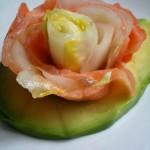 Salmone e Indivia Belga in fiore su letto di Avocado