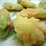 Tempura (senza uova) di Fiori di Zucca, con cuore filante e crema al basilico
