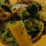 Maccheroni colorati con broccoli, acciughe e pangrattato