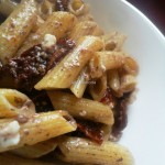 Pasta integrale ai pomodori sott'olio, feta e patè d'olive