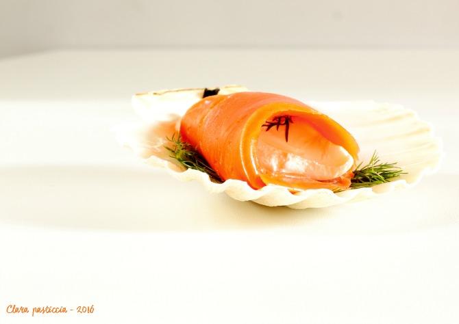 Involtini di salmone selvaggio con aneto e formaggio